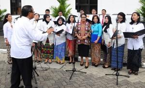 Menteri PP dan PA Yohana Yembise dalam upacara Hari Ibu, di halaman kantor Kemensetneg, Jakarta, Selasa (22/12)