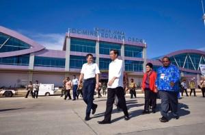 Presiden Jokowi, didampingi Ibu Negara Iriana, bersama Menteri Perhubungan saat meninjau Bandara Sorong, Papua Barat (31/12) (Foto:Rusman/Setpres)