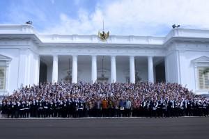 Presiden Jokowi berfoto bersama para Kepala Sekolah Jujur UN, di halaman Istana Merdeka, Jakarta, Senin (21/12) pagi