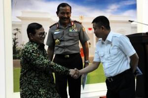 Kapolri Jenderal Badrodin Haiti tersenyum menyaksikan Seskab dan Menhub bersalaman, di kantor Presiden, Jakarta, Rabu (16/12)