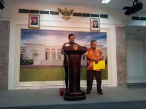 Cabinet Secretary Pramono Anung accompanied by Coordinating Minister for the Economy Darmin Nasution announced the 8th Policy Package, at the Presidential Office, Jakarta, on Monday (21/12)