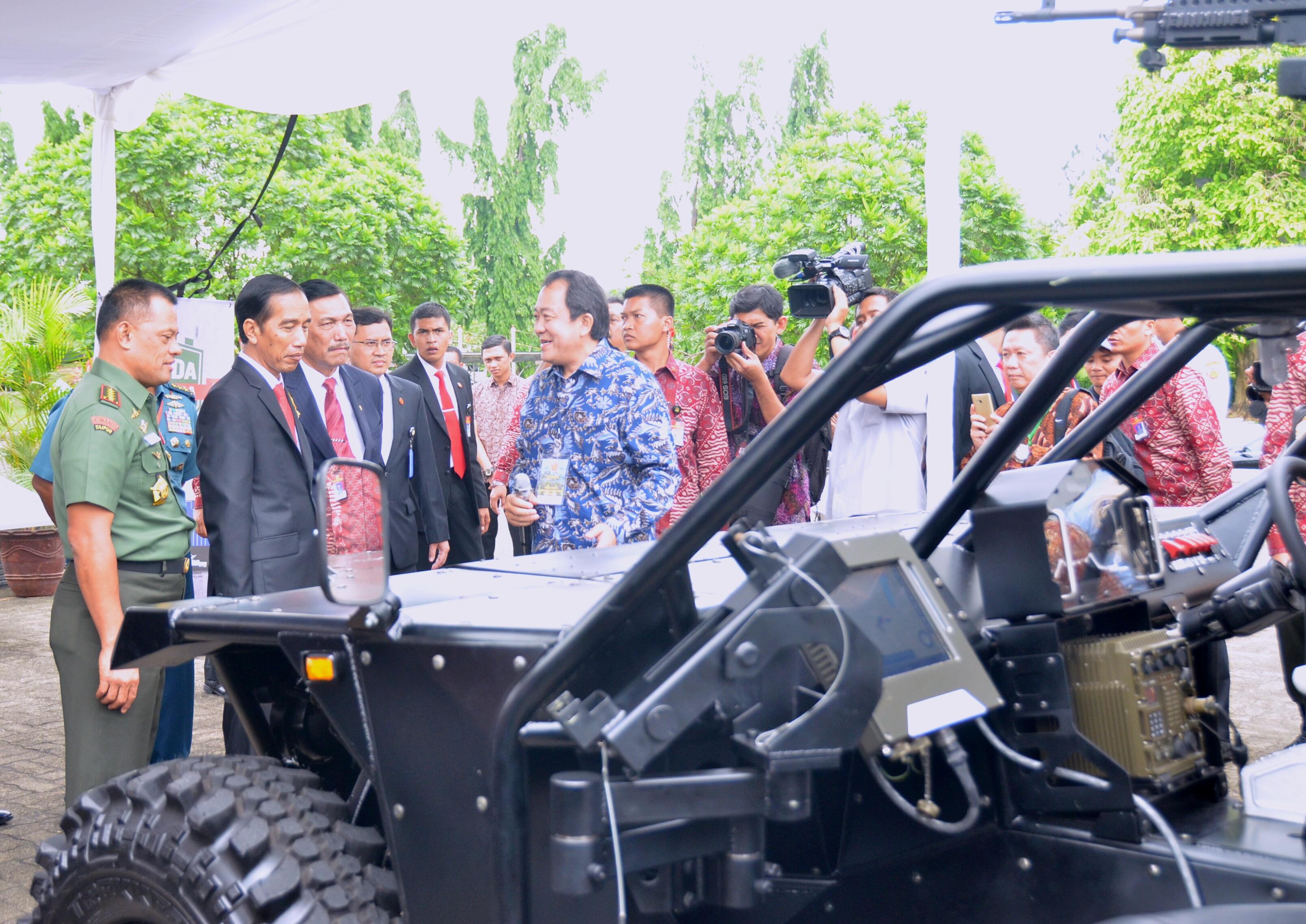 Presiden Jokowi didampingi Menko Polhukam dan Panglima TNI menyaksikan kendaraan yang digunakan TNI, di Mabes TNI, Cilangkap, Jakarta, Rabu (16/12)