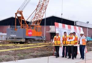 Presiden Jokowi didampingi Menhub dan Menteri Agraria meninjau lokasi pembangunan jalur Bandara Soetta - Stasiun Manggarai, di Jakarta, Senin (14/12) sore. (Foto: Laily/Setpres)
