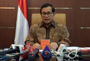 Seskab, Pramono Anung, memberikan keterangan kepada wartawan di ruang kerjanya (28/12/2015