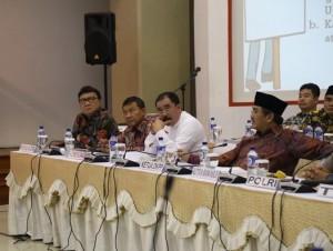 Mendagri Tjahjo Kumolo saat menghadiri rapat koordinasi akhir Pilkada Serentak, di kantor KPU, Jakarta, Minggu (6/12)