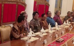 Para pelawak yang mengikuti makan malam bersama Presiden Jokowi, di Istana Negara, Jakarta, Rabu (16/12) malam