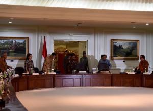 Presiden Jokowi memasuki kantor Presiden, Jakarta, untuk memimpin ratas soal Asian Games 2018, Jumat (11/12)