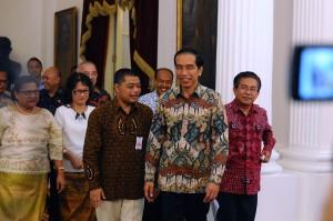 Presiden Jokowi bersama pengurus PGI dan KWI yang menghadapnya, di Istana Merdeka, Jakarta, Selasa (22/12)
