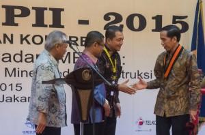 Presiden Jokowi menerima anugerah Anggota Kehormatan PII, di Hotel Sari Pan Pasific, Jakarta, Sabtu (12/12)