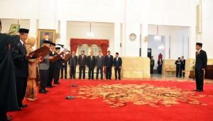 Presiden Jokowi menyaksikan pengambilan sumpah 5 anggota Komisi Yudisial 2015-2020, di Istana Negara, Jakarta, Jumat (18/12)