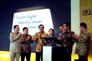 Presiden Jokowi didampingi sejumlah menteri menandatangani prasasti peluncuran layanan 4G nasional, di Monumen Nasional, Jakarta, Jumat (11/12)