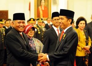 Presiden Jokowi memberikan ucapan selamat kepada Ketua KPK Agus Raharjo didampingi istri dan pimpinan KPK yang lain, di Istana Negara, Jakarta, Senin (21/12)
