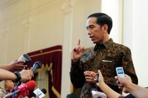 Presiden Jokowi menjawab wartawan, di Istana Merdeka, Jakarta, Senin (7/12)