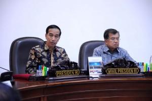 Presiden Jokowi didampingi Wapres Jusuf Kalla memimpin rapat terbatas soal satelit, di kantor Presiden, Jakarta, Jumat (4/12) pagi