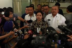 Menko Puan Maharani didampingi Menpora dan Gubernur Sumsel menjawab wartawan, di kantor Presiden, Jakarta, Jumat (11/12)