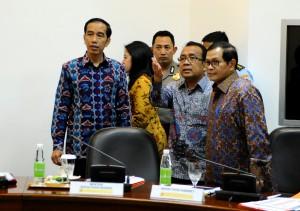 Presiden Jokowi didampingi Mensesneg Pratikno dan Sekab Pramono Anung menjelang rapat terbatas tentang Papua, di kantor Presiden, Jakarta, Kamis (3/12) sore