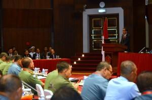 Presiden Jokowi memberikan arahan pada rapat pimpinan TNI, di Mabes TNI, Cilangkap, Jakarta, Rabu (16/12)