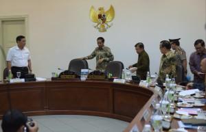 Presiden Jokowi didampingi Wakil Presiden Jusuf Kalla saat akan memimpin ratas tentang dwelling time, di kantor Kepresidenan, Jakarta, Selasa (22/12)