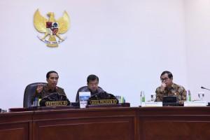 Presiden Jokowi didampingi Wakil Presiden Jusuf Kalla saat memimpin rapat terbatas pengelolaan sampah, di kantor Presiden, Jakarta, Senin (7/12)