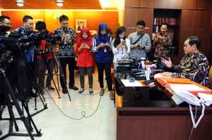 Seskab Pramono Anung diwawancarai wartawan di ruang kerjanya, Gedung III Kemensetneg, Jakarta, Selasa (30/11)
