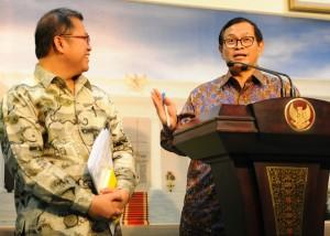 Seskab Pramono Anung didampingi Menkominfo Rudiantara memberikan keterangan hasil ratas Alutsista, di kantor Presiden, Jakarta, Kamis (3/12) sore