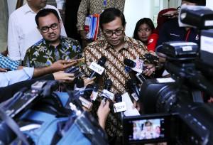 Sekretaris Kabinet dan Menteri ESDM menjawab pertanyaan wartawan usai rapat terbatas mengenai Blok Masela di Kantor Presiden, Jakarta (29/12)