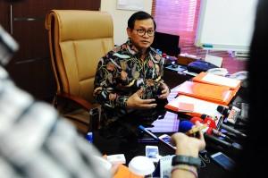 Seskab Pramono Anung menjawab wartawan mengenai revisi UU KPK, di ruang kerjanya, Jakarta, Selasa (1/12)