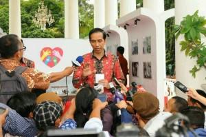 Presiden Jokowi menjawab wartawan, di Istana Bogor, Jabar, Jumat (18/12) pagi