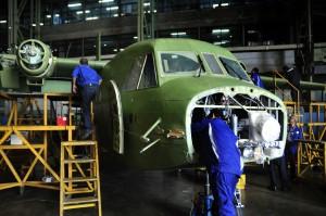 Sejumlah teknisi melakukan proses perakitan produk Alut Sista pada hanggar PT. Dirgantara Indonesia (PTDI) di Bandung, Jawa Barat, Senin (11/10).
