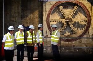 Presiden Jokowi didampingi sejumlah menteri melihat pengeboran terowongan MRT, di Stasiun Senayan, Jakarta, Rabu (23/12) pagi