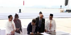 Wapres Jusuf Kalla didampingi Gubernur Aceh, Menteri Kelautan dan Perikanan, dan Menteri ESDM menandatangani diantaranya Peluncuran Jalur Samudera Cheng Ho, di Banda Aceh, Minggu (13/12)