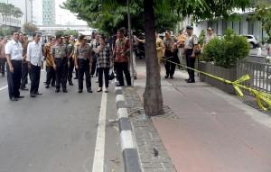Presiden Jokowi saat meninjau lokasi peledakan di Kawasan Sarinah, Jakarta, Kamis sore (14/1) (Foto:Biro Pers, Media, dan Informasi, Setpres/Cahyo)