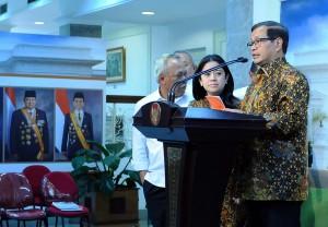 Seskab bersama Menko Bidang PMK menjelaskan hasil Rapat Terbatas tentang Asian Games di Kantor Presiden (11/1) (Foto:Humas/Jay)