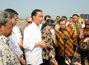 Presiden Jokowi didampingi menteri terkait memberikan keterangan kepada wartawan usai meninjau pembangunan Bandara Kertajati di Majalengka (14/1) (Foto:Humas/Rahmat)