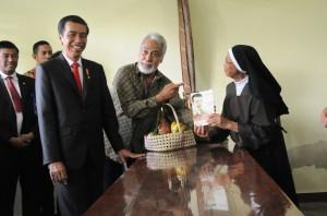 Presiden Jokowi bersama Xanana Gusmao bertemu biarawati di sela-sela kunjungan ke Timor Leste (26/1). (Foto:Humas/Rahmat)