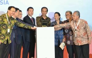 Presiden Jokowi didampingi menteri dan pejabat terkait saat meresmikan groundbreaking kereta cepat di Bandung (21/1) (Foto:Humas/Jay)