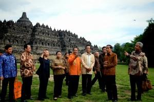 Presiden Jokowi didampingi sejumlah menteri dan Gubernur meninjau Candi Borobudur, di Muntilan, Magelang, Jateng, Jumat (29/1) sore. (Foto: Agung/Humas Setkab)
