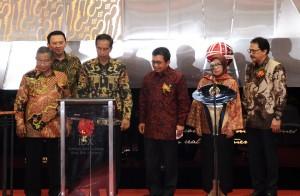 Presiden Jokowi didampingi menteri terkait saat membuka perdagangan saham di gedung Bursa Efek Indonesia, Jakarta, Senin (4/1) pagi.