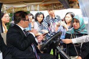 Seskab menjawab pertanyaan wartawan usai menghadiri pelantikan Dubes di Istana Negara, Jakarta (13/1) (Foto:Humas/Jay)