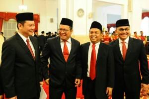 Ketua KEIN dan Kepala BRG berfoto bersama usai dilantik oleh Presiden di Istana Negara, Jakarta (20/1). (Foto:Humas/Rahmat)