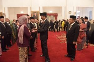 Presiden Jokowi memberikan ucapan selamat kepada para Dubes yang baru dilantik di Istana Negara, Jakarta (13/1) (Foto:Humas/Deni)