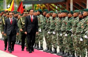 Pemeriksaan jajar kehormatan oleh Presiden RDTL Taur Matan Ruak dan Presiden Jokowi (26/1). (Foto: Humas/Rahmat)