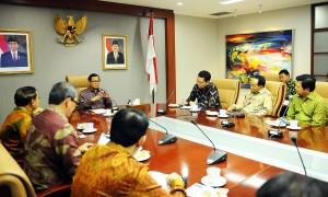 Seskab saat menemui para duta besar yang baru dilantik di Ruang Rapat Seskab, Gedung II Kemensetneg, Jakarta Jumat Siang (15/1) (Foto:Humas/Agung)