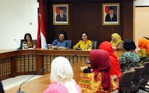 Ibu Hani Pramono Anung memberikan sambutan dalam silaturahmi Dharma Wanita Persatuan Setkab di Lantai IV, Gedung 3 Kemensetneg Jakarta (22/1). (Foto:Humas/Agung)
