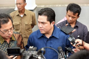 Erick Thohir menjawab pertanyaan wartawan usai bertemu Presiden Jokowi di Istana Merdeka, Jakarta (5/1)