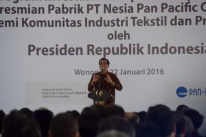 Presiden Jokowi dalam acara peluncuran program investasi dan peresmian pabrik di Wonogiri, Jateng (22/1).