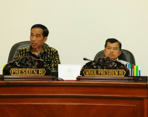Presiden didampingi Wapres pimpin Rapat Terbatas terkait status Perguruan Tinggi di Kantor Presiden, Jakarta (6/1)