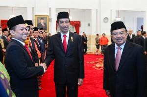 Presiden Jokowi menyalami Ketua KEIN setelah prosesi pelantikan di Istana Negara, Jakarta Rabu lalu (20/1). (Foto:Humas/Rahmat)
