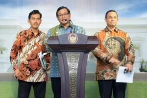 Seskab Pramono Anung, bersama Ketua KPAI (kiri) dan Mendikbud (kanan) menjelaskan tentang hasil Rapat Terbatas (20/1) di Kantor Presiden, Jakarta. (Foto: Humas/Jay)