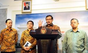 Seskab bersama Menko Perekonomian, Mendag, dan Kepala BKPM menyampaikan konferensi pers usai mengikuti Rapat Terbatas di Kantor Presiden, Jakarta (12/1) (Foto:Humas/Rahmat)